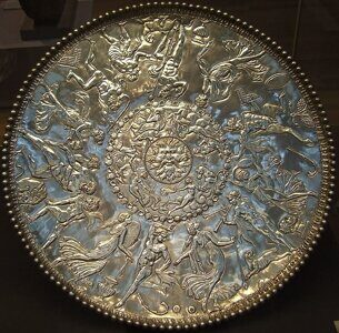 800px-Mildenhall_treasure_great_dish_british_museum